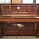 """Restaureeritud ca 1900 a. Berliinis valmistatud pianiino """"Weidenslaufer"""" . Pähkli- ja pähklijuurespoon, viimistlus šellakiga."""