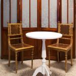 Restaureeritud sirm, toolid ja laud.