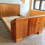 Tamme ja pähklispooniga funktsionalistlik voodi.