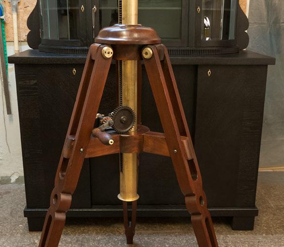 Reguleeritava kõrgusega teleskoobialus XIX sajandi keskpaigast